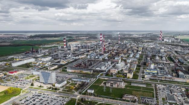 Panorama van de chemische industrie plant bovenaanzicht