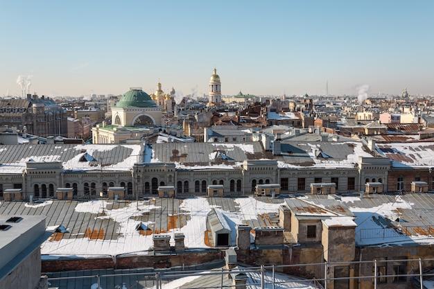 Panorama van de daken van sint-petersburg op een zonnige winterdag.