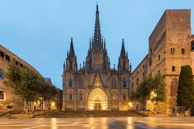 Panorama van de kathedraal van barcelona tijdens ochtendblauw uur in barcelona, catalonië, spanje.