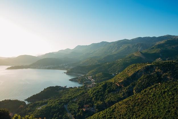 Panorama van de kustlijn van budva riviera