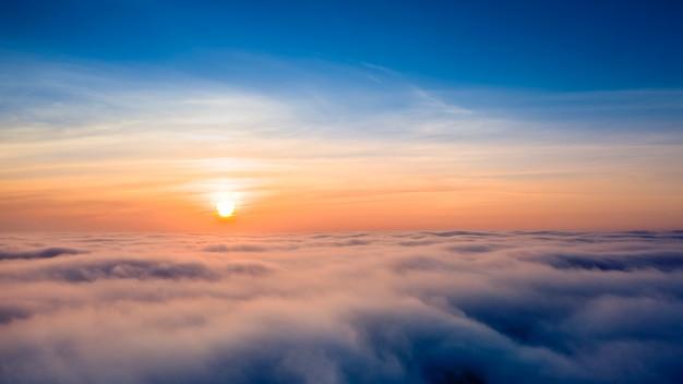 Panorama van de lucht, luchtfoto, zonsopgang of zonsondergang, blauw uur.