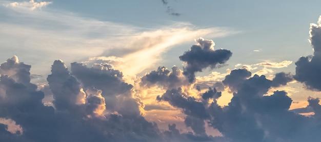 Panorama van de lucht met donkere dramatische wolken tijdens zonsondergang