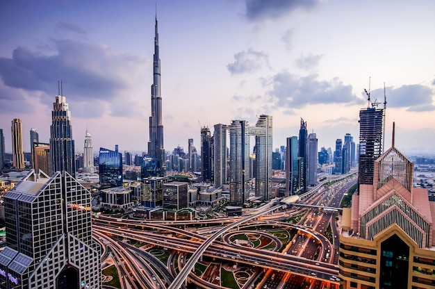 Panorama van de moderne stad van de binnenstad van dubai 's nachts