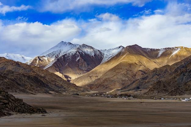 Panorama van de mooie bergen die leh bij zonlicht, ladakh, india omringen.