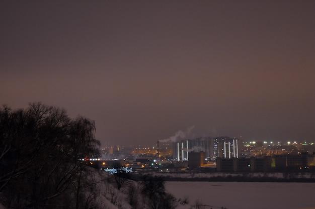 Panorama van de nachtstad in de winter
