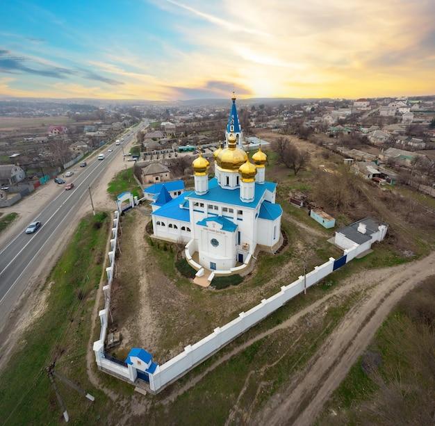 Panorama van de orthodoxe kerk met gouden koepels bij zonsondergang