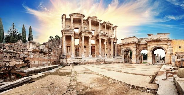 Panorama van de oude bibliotheek van celsus in efeze onder een dramatische hemel
