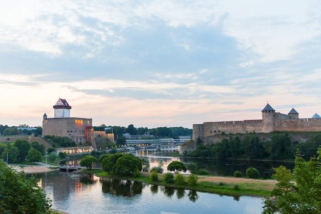 Panorama van de oude stad. middeleeuwse gebouwen. stadslandschap. zonsondergang