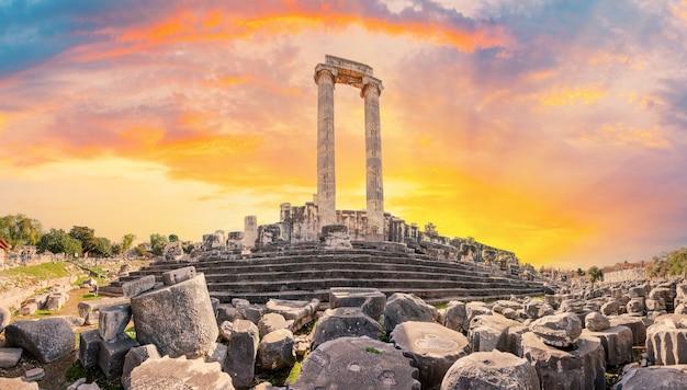 Panorama van de oude tempel van apollo in de stad didim bij zonsondergang. kalkoen
