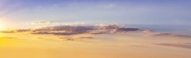 Panorama van de schilderachtige lucht tijdens zonsondergang