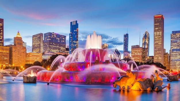 Panorama van de skyline van chicago met wolkenkrabbers en buckingham-fontein bij schemering.
