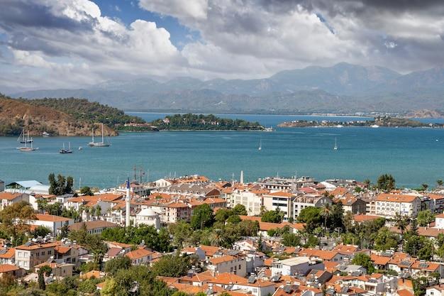 Panorama van de stad fethiye. luchtfoto van de populaire toeristische stad fethiye cityscape mugla, turkije