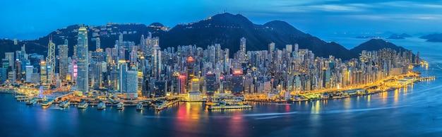 Panorama van de stad hong kong aan de kant van de victoria-haven