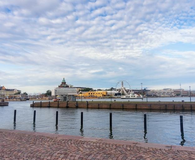 Panorama van de stad in de zuidelijke haven van helsinki, finland