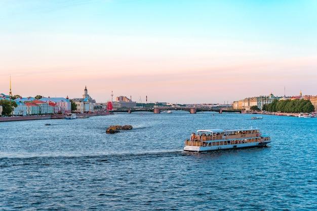 Panorama van de stad sint-petersburg in de zomer toeristische boottochten op de rivier