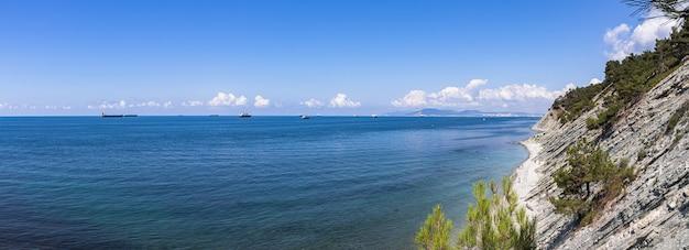 Panorama van de zeekust en het wilde strand aan de voet van de rotsen in de buurt van de badplaats gelendzhik.