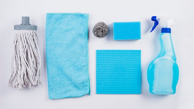 Panorama van diverse schoonmaakapparatuur op grijze achtergrond