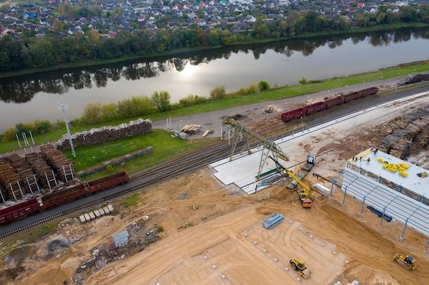 Panorama van een bouwplaats bij een houtbewerkingsinstallatie, luchtfoto