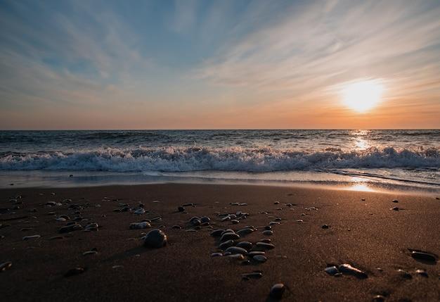 Panorama van een prachtige zee-zonsondergang in de zomer aan de zwarte zee. sotsji, rusland. vooraanzicht