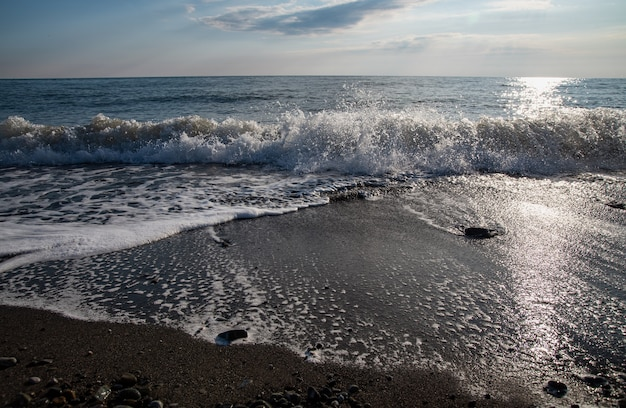 Panorama van een prachtige zee-zonsondergang in de zomer aan de zwarte zee