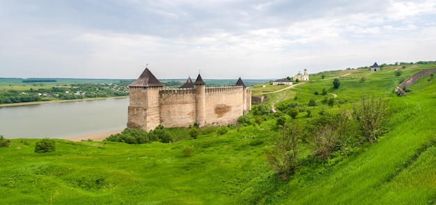 Panorama van fort khotyn op de rivieroever van dnjestr in de oekraïne