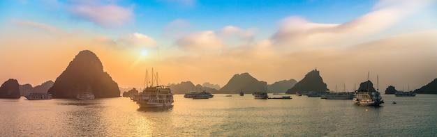 Panorama van halong-baai bij zonsondergang