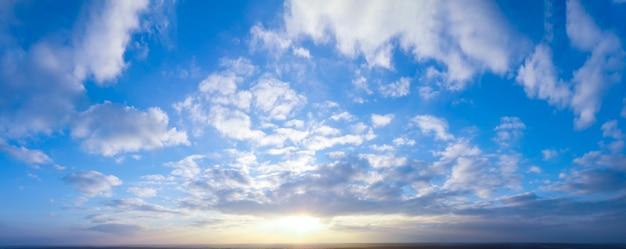 Panorama van heldere avond en ochtendhemel, stralende zon.