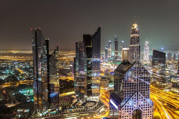 Panorama van het centrum van dubai 's nachts in verenigde arabische emiraten
