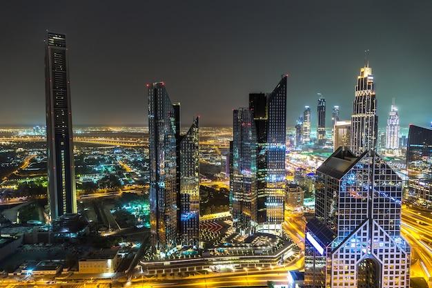 Panorama van het centrum van dubai 's nachts, verenigde arabische emiraten