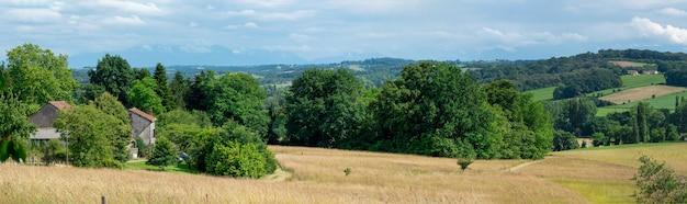 Panorama van het franse platteland, de bergen van de pyreneeën