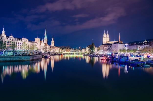 Panorama van het historische stadscentrum van zürich bij meer zürich op schemering blauwe hemel