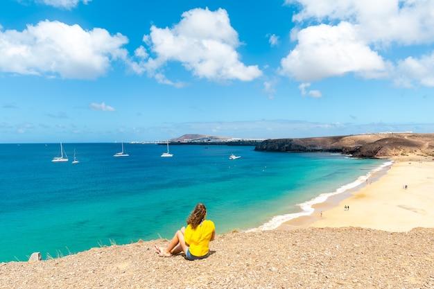 Panorama van het prachtige strand en de tropische zee van lanzarote. kanaries