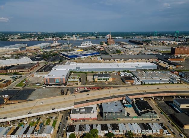 Panorama van het voorstedelijk gebied van de binnenstad en luchtfoto met wegen in een vertrekkende haven op een rivier de delaware met philadelphia, pennsylvania, verenigde staten