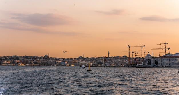 Panorama van istanboel bij zonsondergang