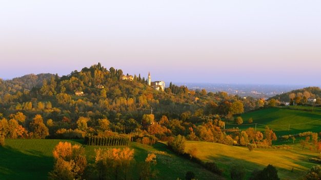 Panorama van italiaanse heuvels in de herfst herfst landschap bomen en heuvels