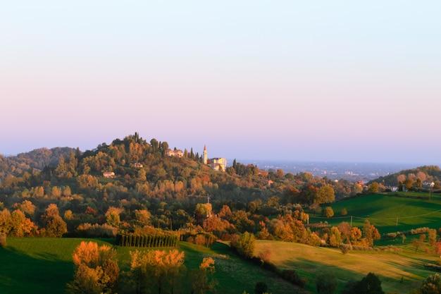 Panorama van italiaanse heuvels in de herfstseizoen. herfst landschap. bomen en heuvels