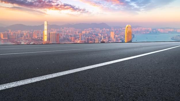 Panorama van lege weg in stad