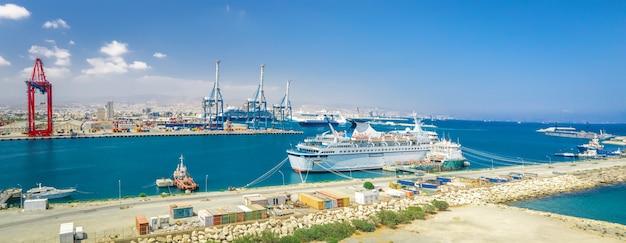 Panorama van limassol zeehaven cyprus met aangemeerde schepen en vrachtterminal met portaalkranen