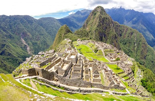 Panorama van machu picchu verloren stad bij archeologische ruïnesplaats in peru