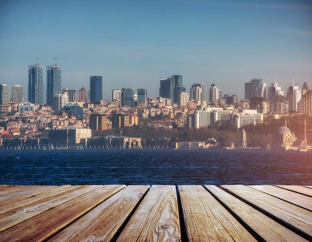 Panorama van moderne stad op water, istanbul