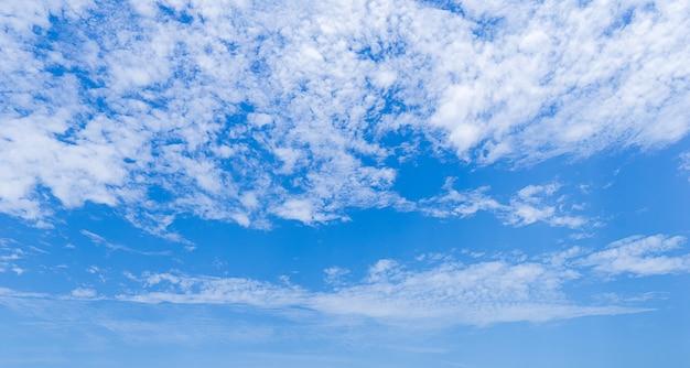 Panorama van overdag bewolkte hemel