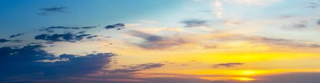 Panorama van pittoreske hemel bij zonsondergang met lichte en donkere wolken