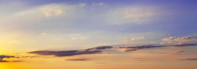 Panorama van pittoreske lucht met wolken tijdens zonsondergang