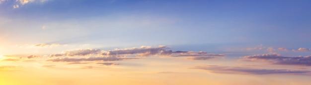 Panorama van pittoreske lucht met wolken tijdens zonsondergang Premium Foto