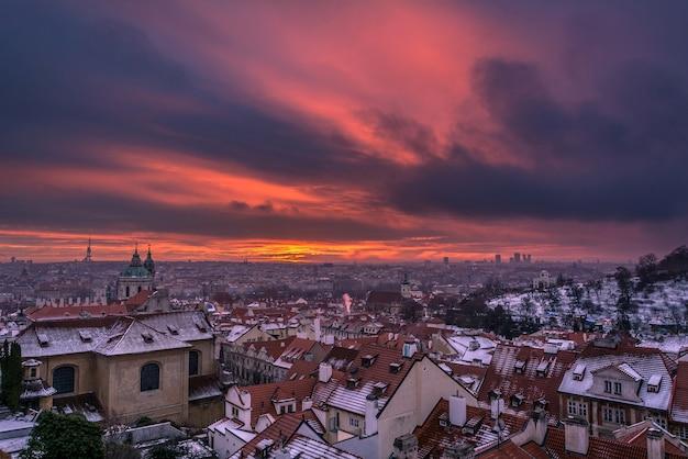 Panorama van praag vanaf het uitkijkpunt van de praagse burcht bij zonsopgang met dramatische wolken
