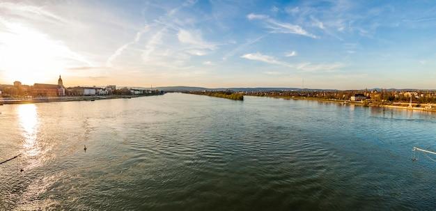 Panorama van rivier rijn in de stad van mainz en van wiesbaden, duitsland bij zonsondergang