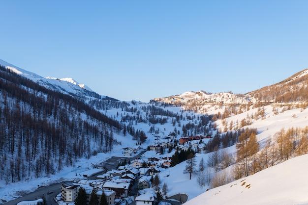Panorama van sestriere-skitoevlucht van hierboven, beroemde reisbestinatio in de alpen, piemonte, italië.