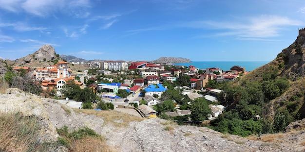 Panorama van sudak met uitzicht op de zee en de bergen op een zonnige zomerdag.
