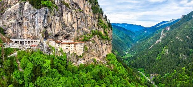 Panorama van sumela-klooster op mela mountain in turkije
