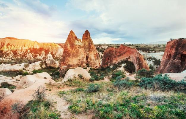 Panorama van unieke geologische formaties in cappadocië, turkije.